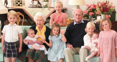 قصر باكنجهام ينشر صورا جديدة للأمير الراحل فيليب مع أفراد العائلة المالكة