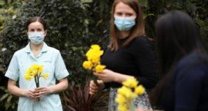 """""""الجارديان"""": تطعيم 33.5% من البالغين فى المملكة المتحدة ضد فيروس كورونا"""