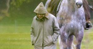 الملكة إليزابيث تطمئن على خيول زوجها الراحل في قلعة وندسور .. صور