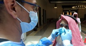 غرامات ثقيلة لمخالفي إجراءات كورونا في السعودية.. العقوبة قد تصل للسجن