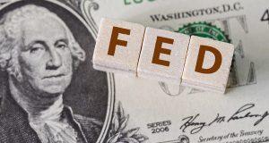 الدولار يتطلع إلى أسبوع حافل بدعم من توقعات السياسة النقدية