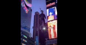بالفيديو... رجل يطير فوق ساحة «تايمز سكوير» على متن «هوفر بورد»