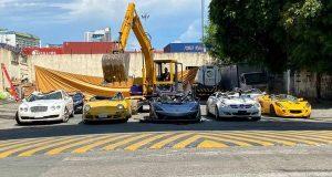 شاهد تدمير سيارات بملايين الدولارات.. مرسيدس وبورش