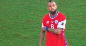 مدرب الأهلى السابق يثير غضب فيدال خلال مواجهة تشيلي ضد بوليفيا.. فيديو