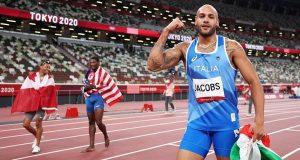 الشكوك تحاصر إنجاز بطل سباق 100 متر.. ومسؤول يدافع عنه