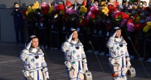 رواد الفضاء الصينيون في طريق عودتهم إلى الأرض