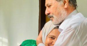 """الإصرار بيحقق الحلم.. """"نجوى"""" جدة لـ3 أحفاد تحصل على الدكتوراه بدعم زوجها"""