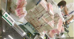 عقاب غريب لموظفى بنك من مليونير بعد مطالبته بارتداء الكمامة.. صور