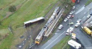 لقطات لانقلاب قطار خرج عن سكته بعد اصطدامه بسيارة مسروقة فى استراليا..فيديو