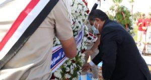 وضع أكاليل الزهور على النصب التذكارى بمناسبة عيد السويس القومى.. صور